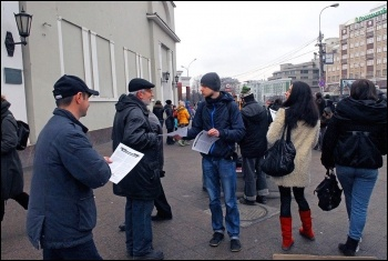 CWI activists in Russia distribute leaflets explaining why they oppose intervention into Ukraine, photo by CWI