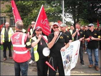Tyneside Safety Glass strikers demonstrate their strength, photo by Elaine Brunskill