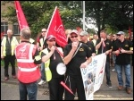Tyneside Safety Glass strikers demonstrate their strength, photo Elaine Brunskill