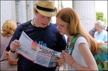 Reading the Socialist Party's leaflet during the 2008 referendum in Ireland, photo Paul Mattsson