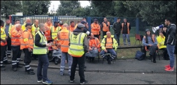 West Midlands FBU chair and Socialist Party member Dave Pitt (right) gives firefighters' solidarity to striking Birmingham bin workers, August 2017