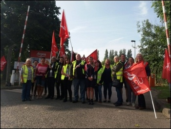 Castleford picket line 21 August, photo Iain Dalton