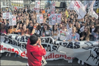 Sindicato de Estudiantes marching against PP attacks on education, 2016, photo by Sindicato de Estudiantes