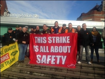 RMT pickets at Basingstoke, against DOO, 10.11.17, photo Nick Chaffey