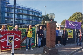 RMT strikers on the Fratton picket line, 15.9.18, photo by Nick Chaffey