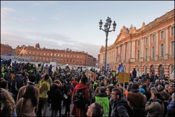 Gilets jaunes protest outside Toulouse town hall, 8.12.18, photo by Terry Adams