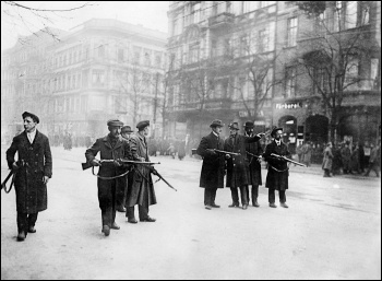 Armed workers' militia controlling a street in Berlin during the January 1919 revolution, photo Bundesarchiv, Bild 146-1976-067-30A/CC-BY-SA 3.0/CC