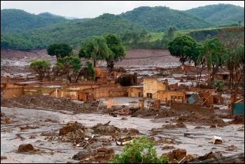 The earlier collapse of the Bento Ridrigues dam, 2015, photo by Senado Federal/CC