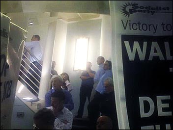 Grattes managers blockaded on stairwell refuse to tell protesting electricians why they are cutting their wages by 35%