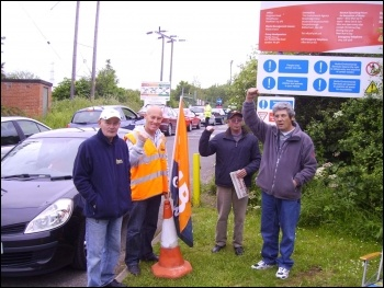 Pickets at Beighton recycling centre, Sheffield, photo Alistair Tice